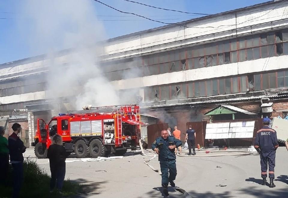 На пожаре в цеху по производству стекол погибла женщина. Фото: Владимир Новоселов