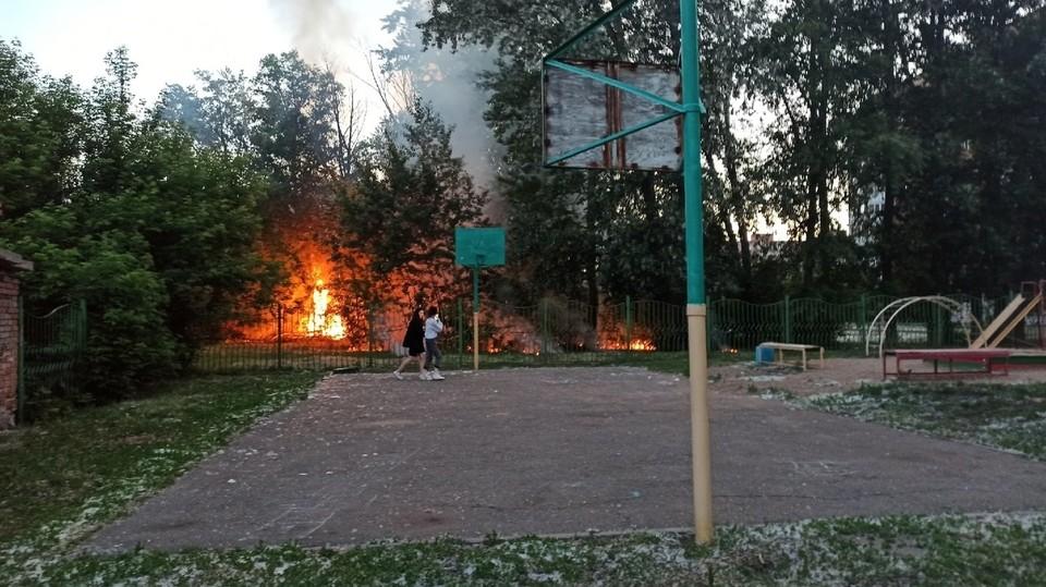 Огонь распространился на территории школы.