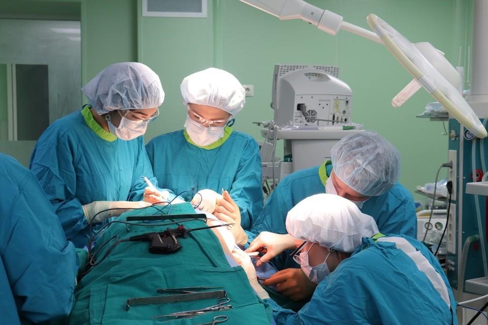 В Тюмени мужчине удалили верхнюю челюсть и большую часть лица из-за саркомы.
