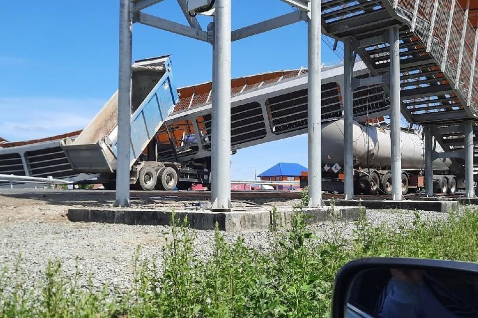 Мост оказался между кузовом и шасси грузовика. Фото: ЧП Курган