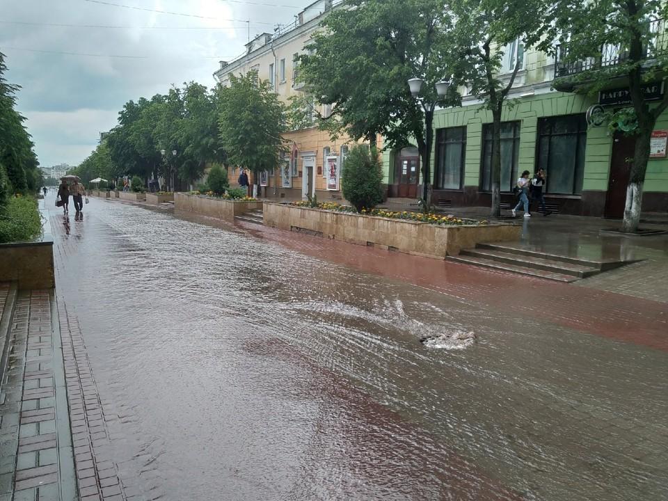 Фотофакт: Жители Орла форсируют дождевую «реку» на улице Ленина