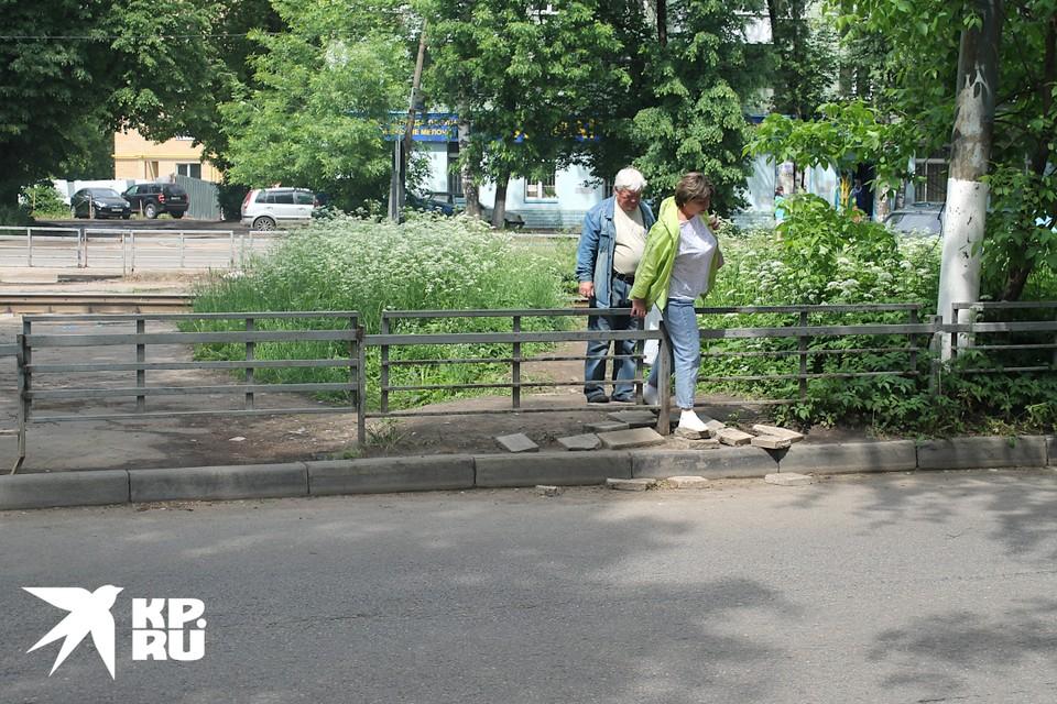 В Твери люди лезут через забор, потому что проход заделали.
