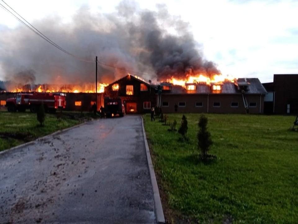 Пламя полностью поглотило здание конюшни.