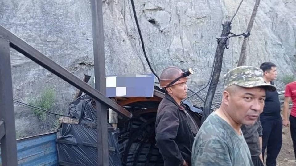 Спасатели вытащили пострадавшего и погибшего из шахты.