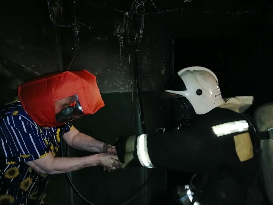 Спасение жильцов. Фото: ГУ МЧС России по Владимирской области