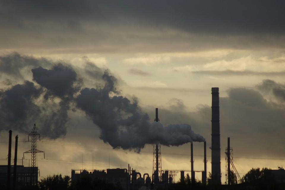 В Кузбассе предприятия выбрасывали загрязняющие вещества в воздух.