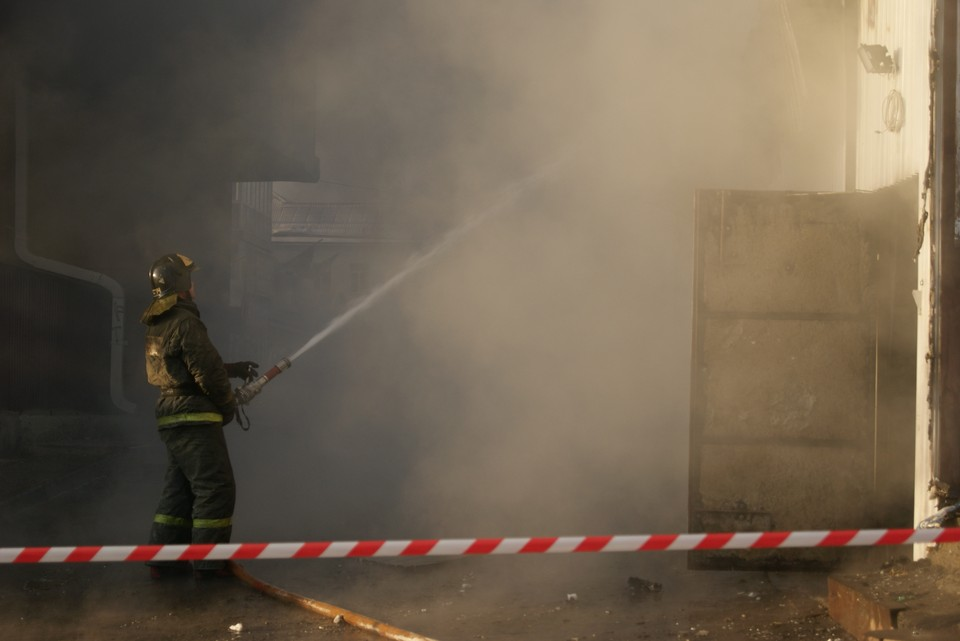 На базе отдыха в Листвянке загорелся один из корпусов