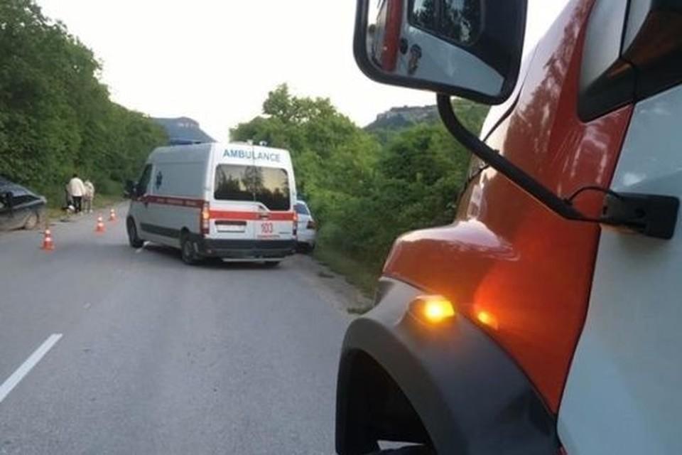 Помимо прочего, спасатели МЧС помогали медикам забрать двух пострадавших. Фото: МЧС Республики Крым.