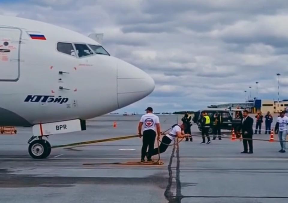 Силач из Сургута сдвинул самолет на пятнадцать метров Фото: личная страница героя в соцсети