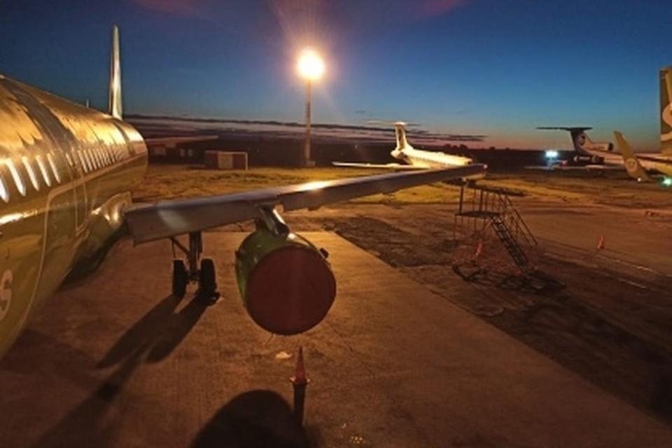Следователи проводят проверку после того, как самолет «Новосибирск-Москва» снес крылом мачту освещения в аэропорту «Толмачево». Фото: Западно-Сибирском УТ СКР