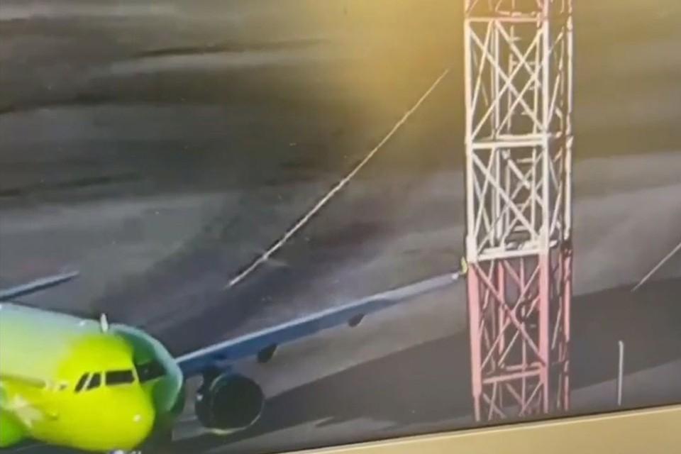 На кадрах ролика видно, как самолет, готовящийся к взлету, задевает мачту левым крылом. Фото: Кадр из видео