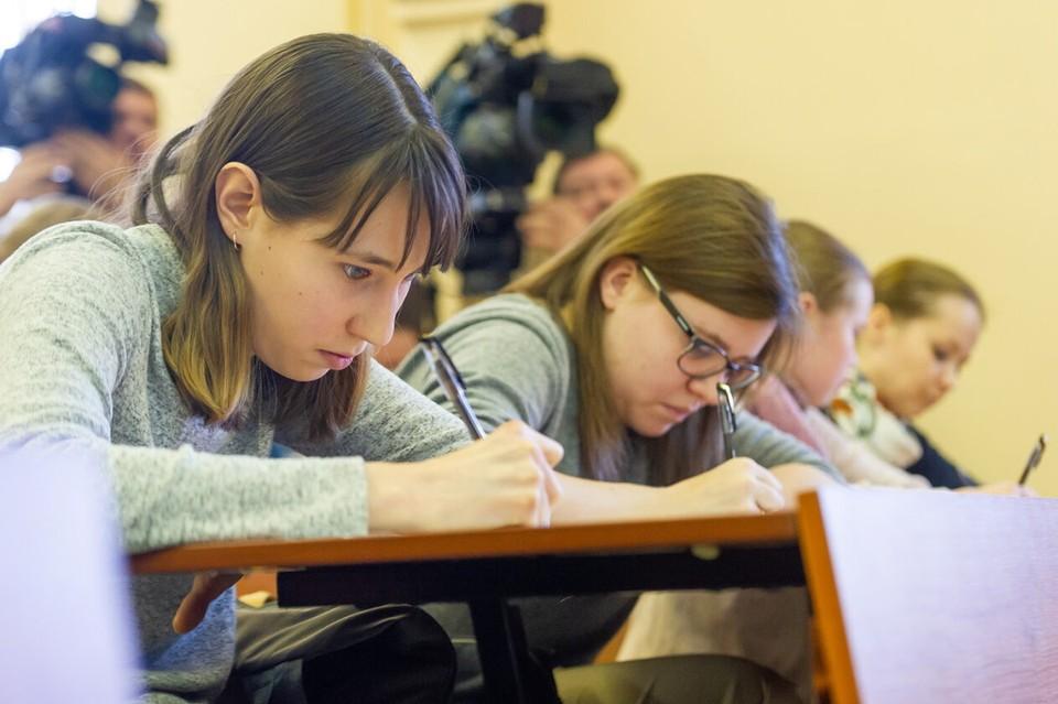 В Петербурге начали рассматривать дела в отношении выпускников, которые жульничали на экзаменах.