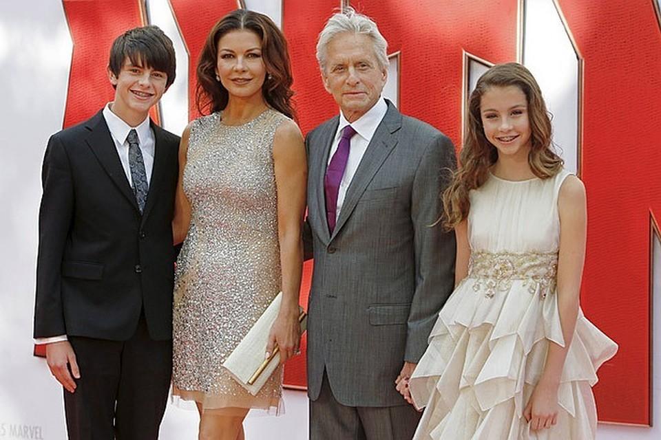 Майкл вместе с женой Кэтрин Зетой-Джонс, сыном Диланом и дочерью Кери.