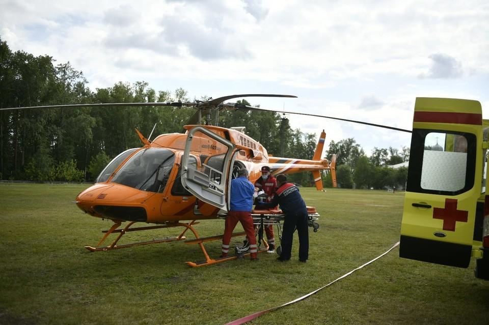 Пострадавших доставляли на вертолете Медицины катастроф в больницу Екатеринбурга.
