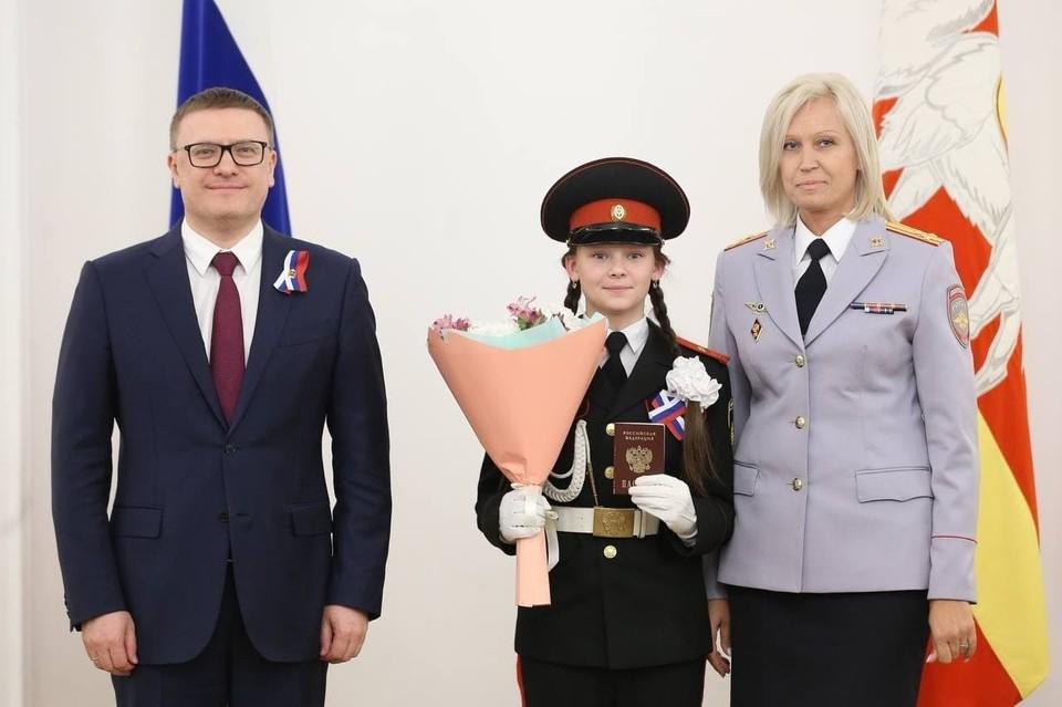 Кадет Ксения Неклюдова в резиденции губернатора получила свой первый паспорт из рук главы региона. Фото: gubernator74.ru
