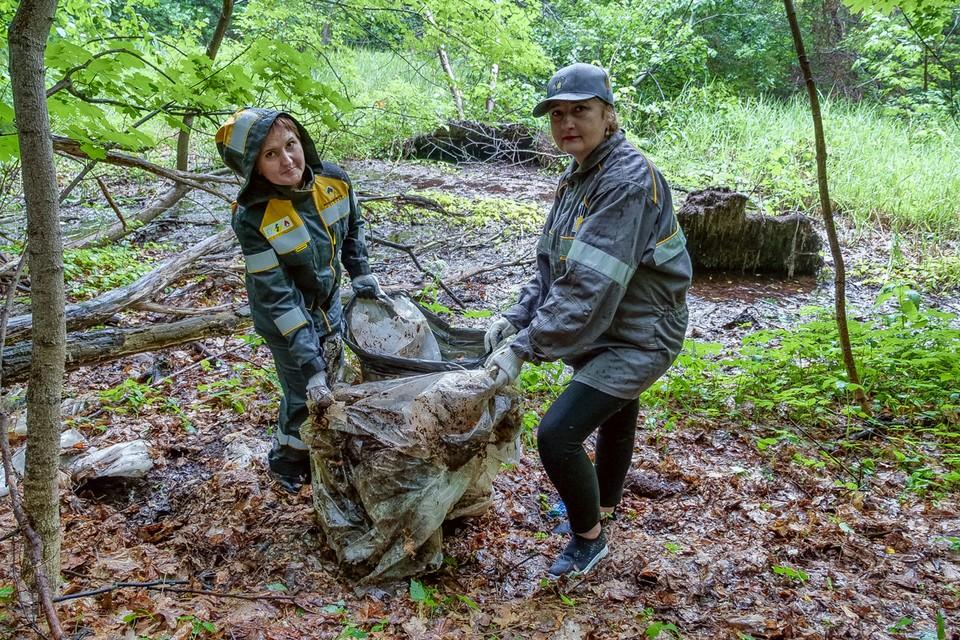 Нефтяники обнаружили у лесного источника старый целофан.