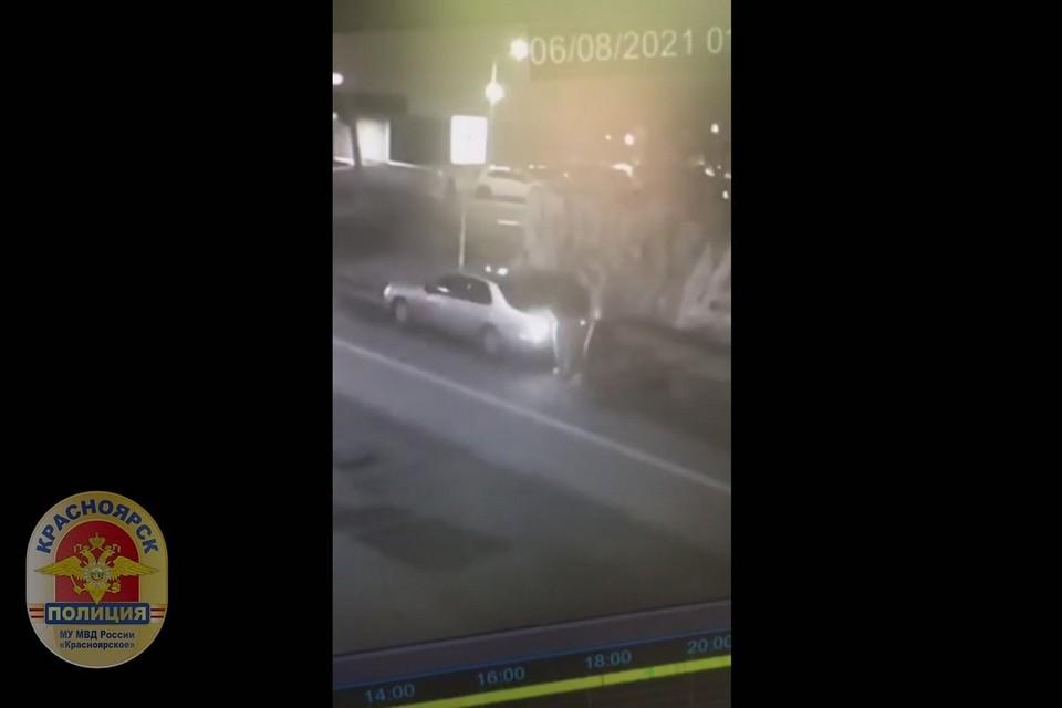 В Красноярске похитили решетки от ливневки. Стоп-кадр видео