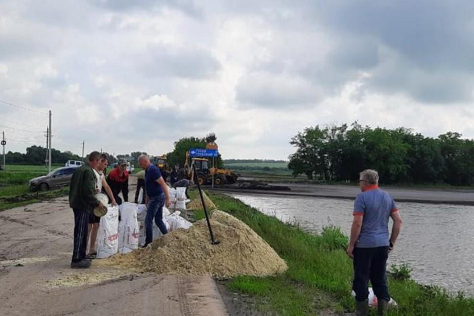 Ливневые воды с помощью спецтехники отводят с утра Фото: администрация Каменского района