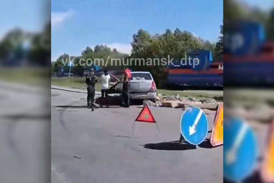 От удара машины вынесло на пешеходную зону. Как уточнили в Госавтоинспекции, в этой аварии никто не пострадал. Фото: Скриншот видео