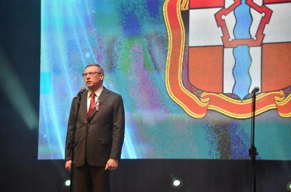Перед концертом в честь Дня России омичам раздали ленточки с триколором