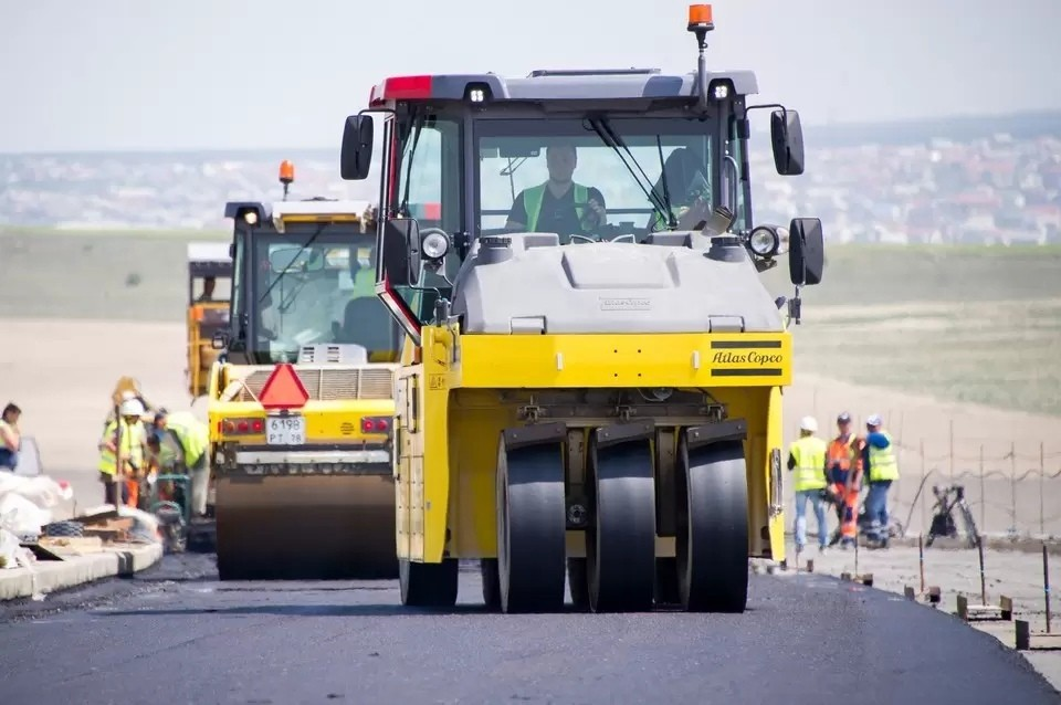 Отремонтированная дорога начала крошиться буквально через несколько дней после завершения работ.