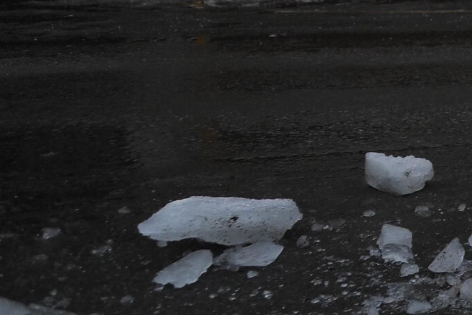 Утром на месте растаявшей глыбы обнаружился неприятный сюрприз