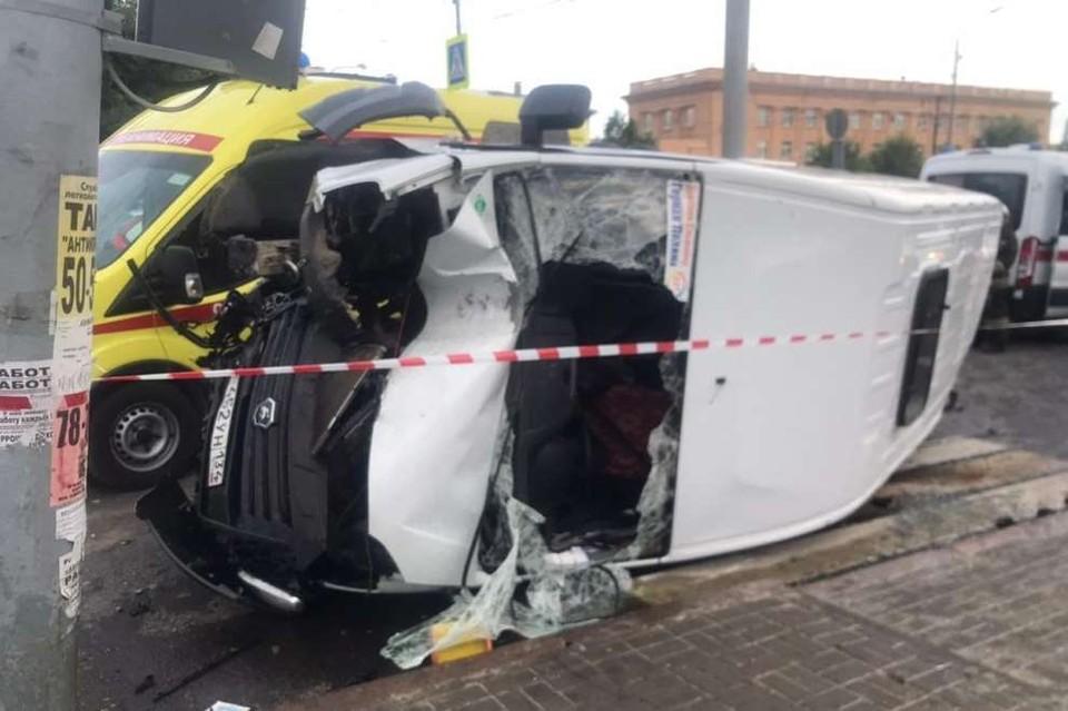 Маршрутка после столкновения с грузовиком врезалась в столб и перевернулась.