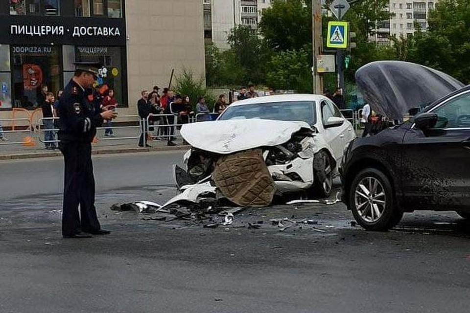 Автомобиль выехал на перекресток, когда по нему ехали автомобили