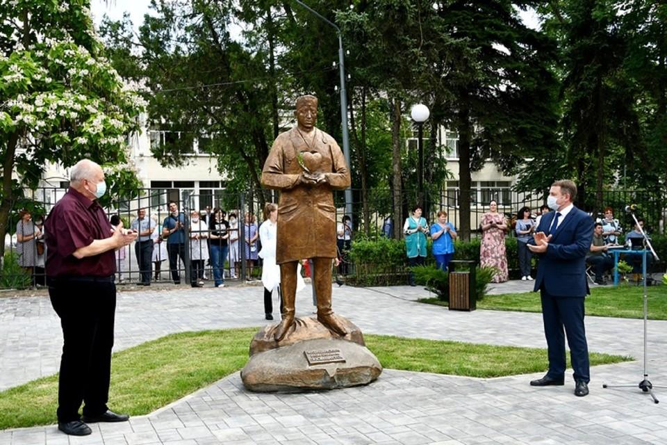 В Аксае поставили памятник медикам. Фото: администрация Аксайского района