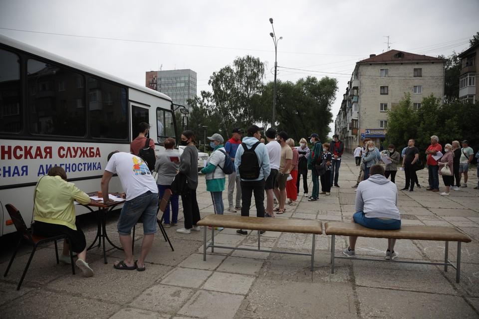 В мобильном пункте вакцинации у Пермского цирка очередь на прививку растянулась на полтора часа.