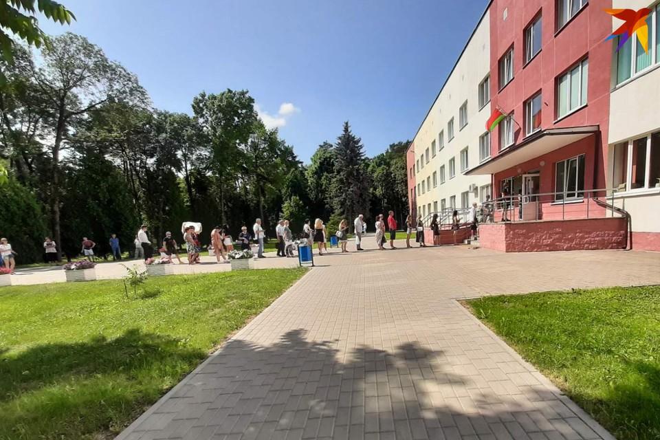 В очереди в городской психдиспансер 7 июля стояли около полусотни педагогов. Фото: предоставлено Вероникой