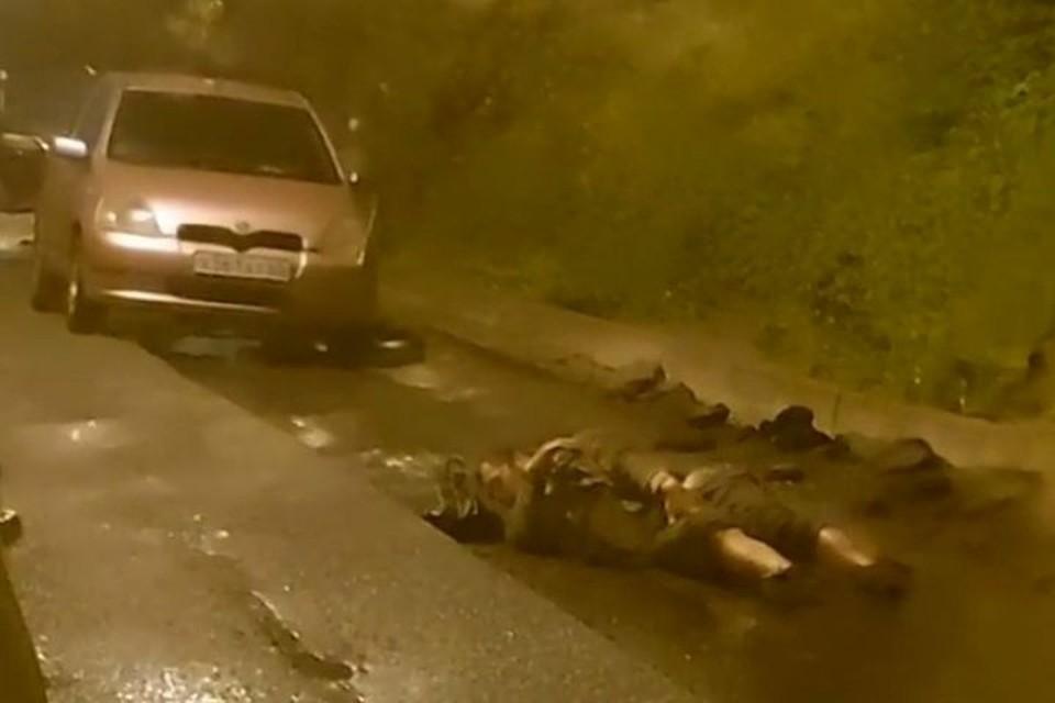 Мужчина решил поспать на дороге.