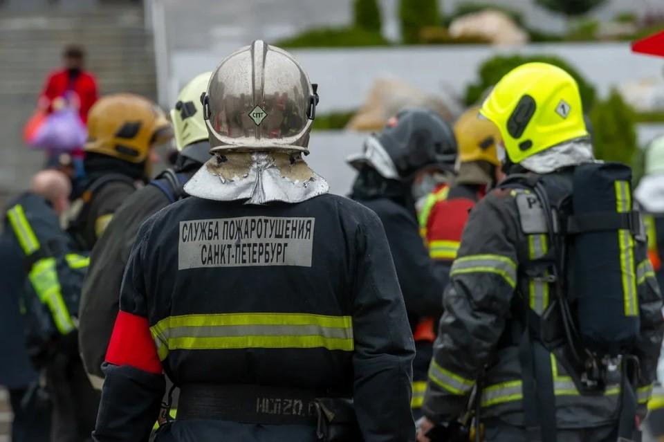 В Елизаветинской больнице в Санкт-Петербурге произошел пожар, людей эвакуируют.