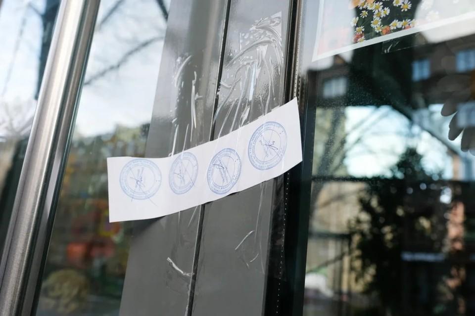 В Петербурге опечатали два торговых комплекса за нарушения по коронавирусу.