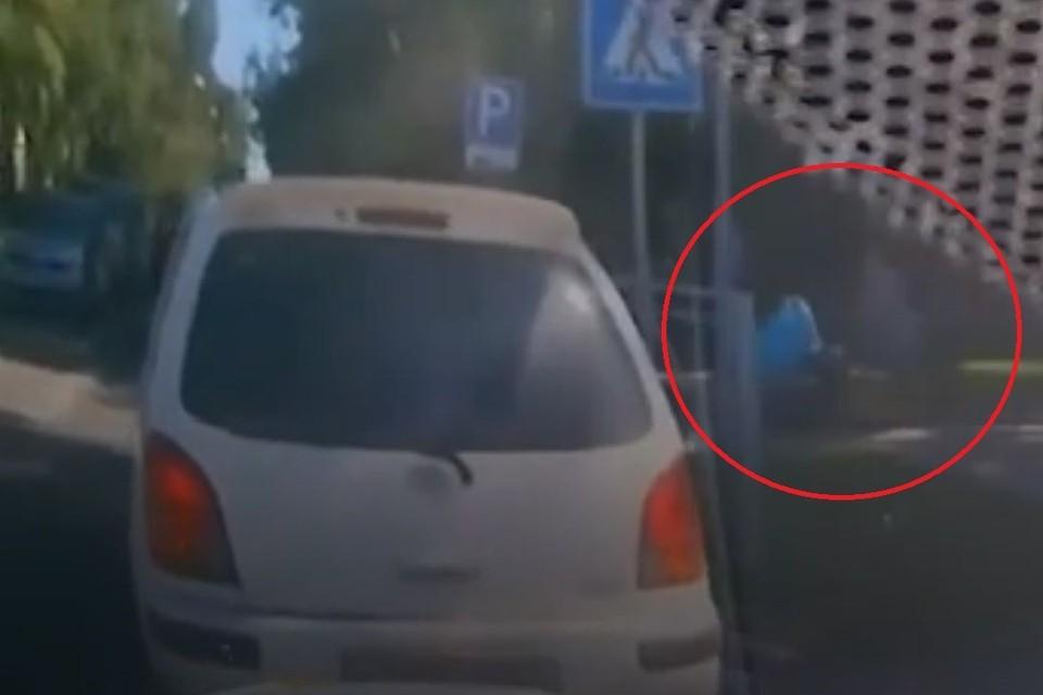 Мама с криком прибежала место, где кроссовер задавил ее 5-летнего сына. Фото: стоп-кадр