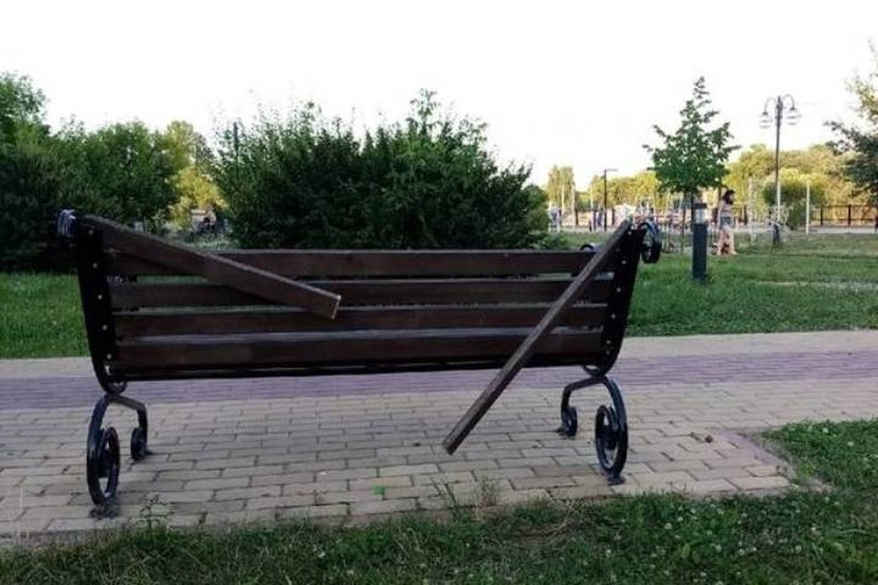 "Сейчас на Набережной в Брянске многие скамейки разломали. Фото: ""Брянск Today""."