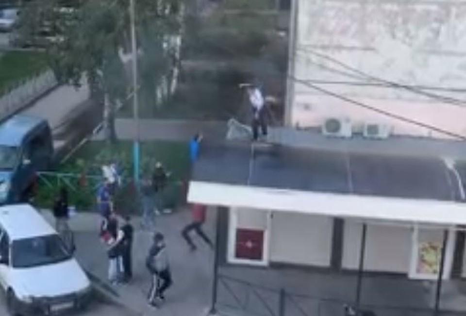 Подростки кидали бутылку с крыши. Фото: стоп-кадр