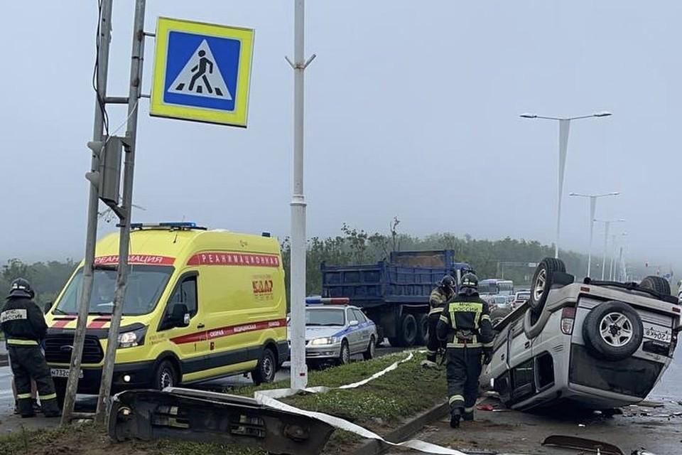 На месте аварии работали медики, спасатели и полицейские. Фото: ГИБДД УМВД России по городу Владивостоку.