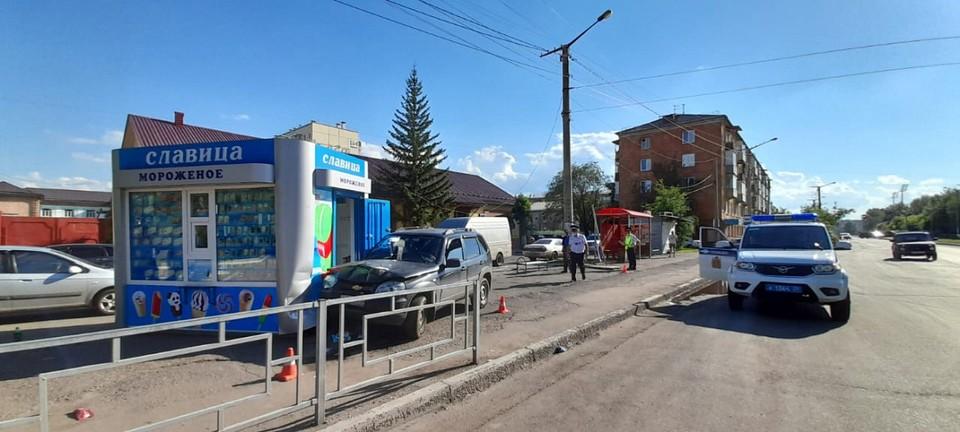 В Красноярске пьяный водитель сбил детскую коляску и врезался в ларек с мороженым. Фото: пресс-служба полиции