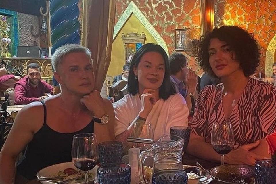 Гостьи республики привлекли внимание местного жителя, делая заказ в ресторане. Фото: соцсети