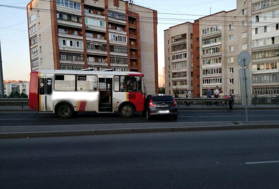 В автобусе не было пассажиров, поэтому в результате аварии пострадала только водитель иномарки. Фото: сайт УМВД России по Томской области