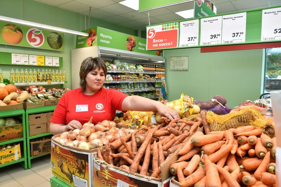 В последнее время нижегородцы, отправляясь за покупками, стали замечать непривычно дорогие фрукты и овощи.