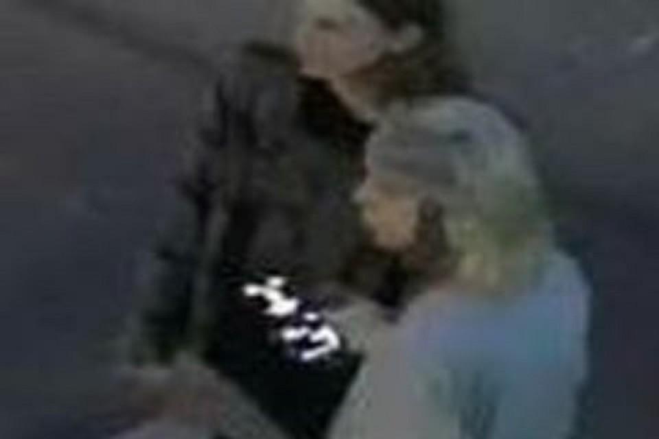 «Покажите их лица!»: двое хабаровчан разрисовали стену кафе и стащили дорогущую гирлянду. Фото: скриншот с видео.
