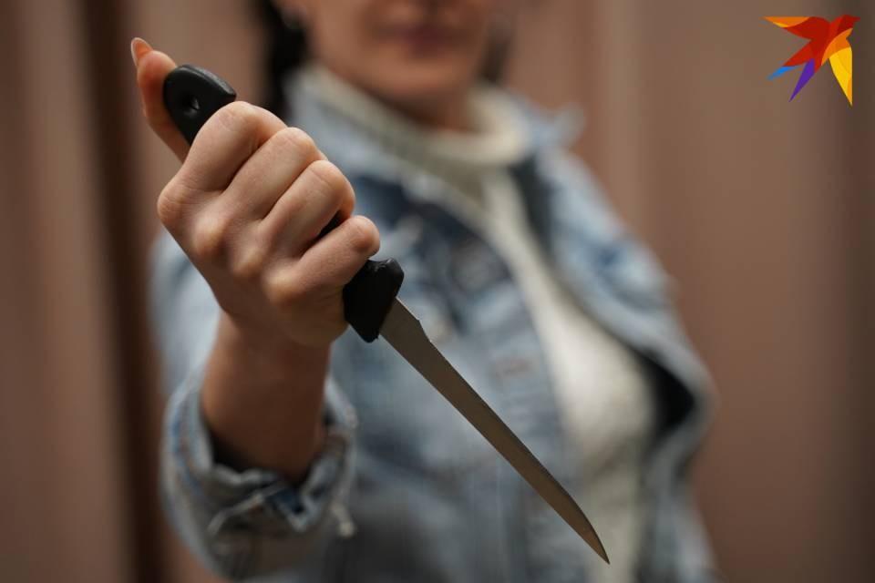 Женщина схватилась за нож, а мужчина стал спасаться от нее бегством.