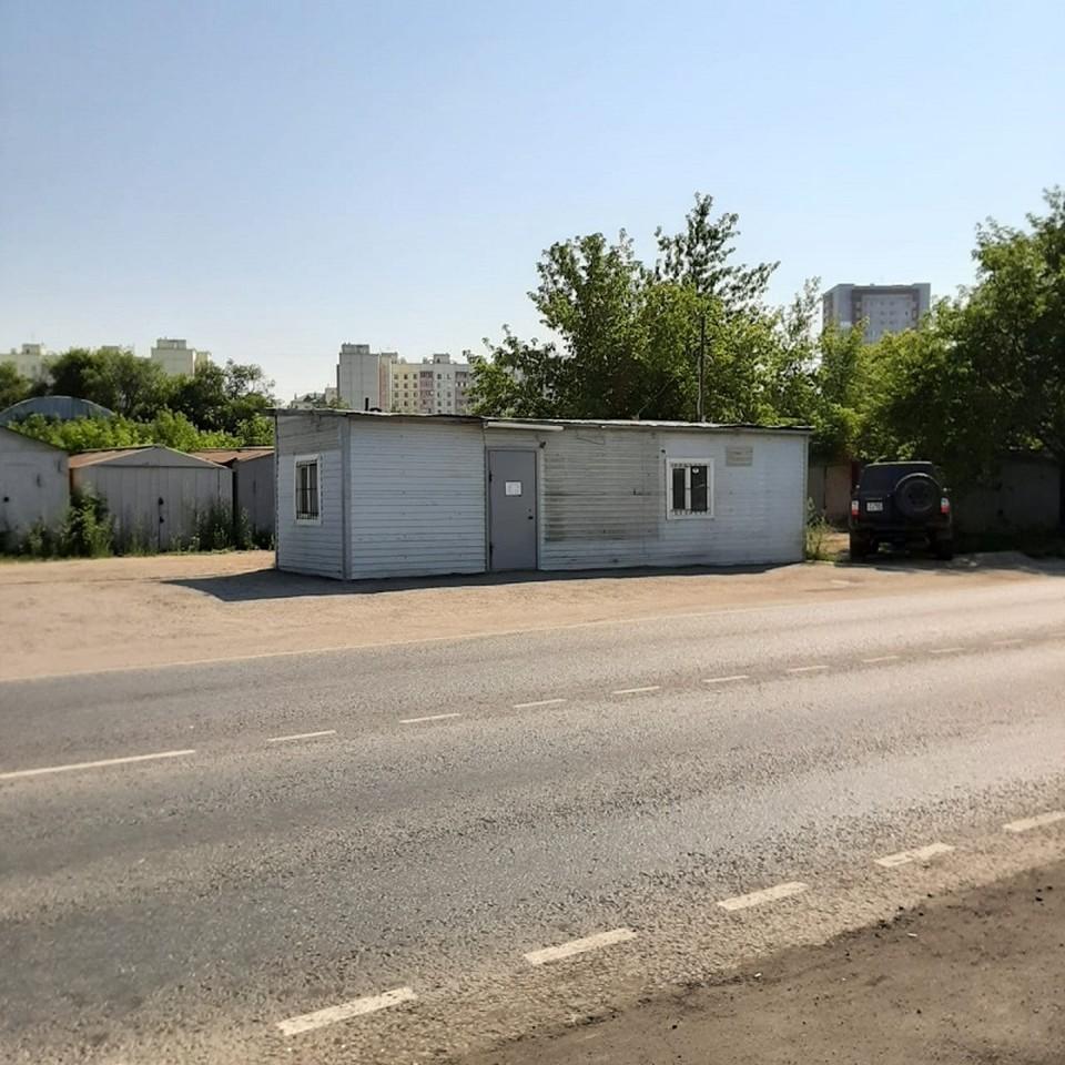 Омич поставил бокс рядом с гаражами и занимался ремонтом автомобилей. Фото: пресс-служба УФССП по Омской области