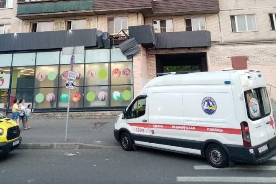 Мужчина выпал из окна многоэтажки на севере Петербурга