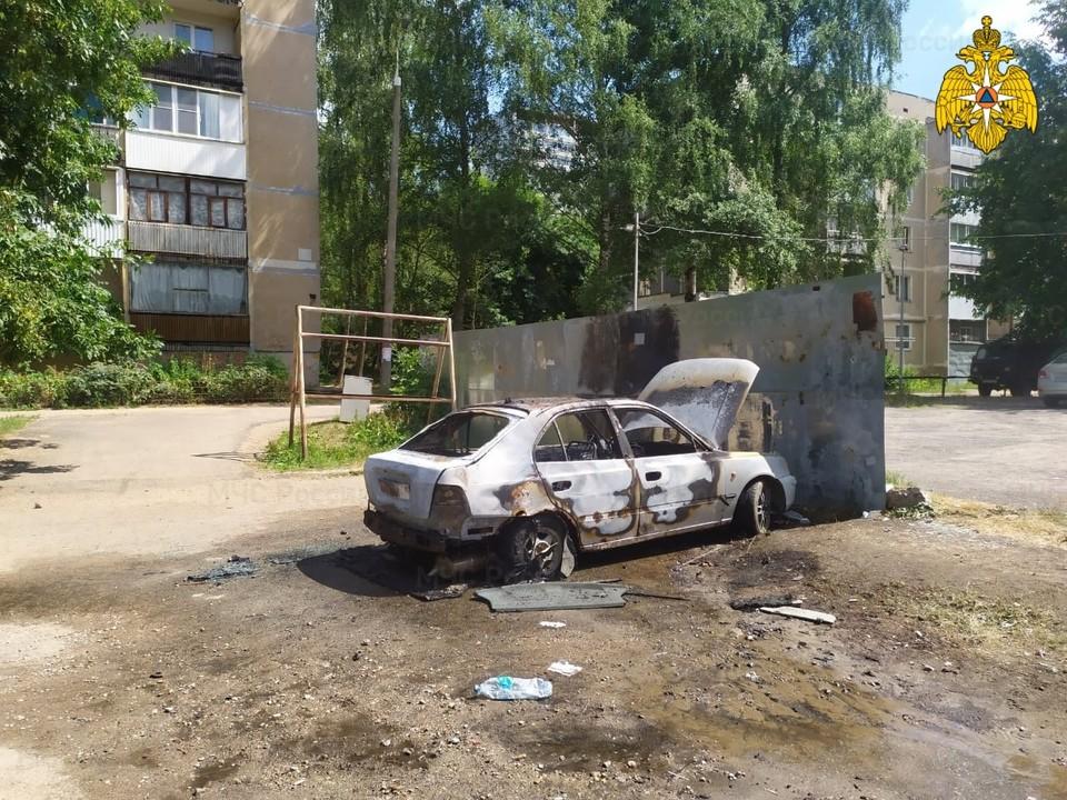 В Ярцеве горевший Hyundai Accent «задел» припаркованный рядом «ВАЗ 2115». Фото: ГУ МЧС России по Смоленской области.