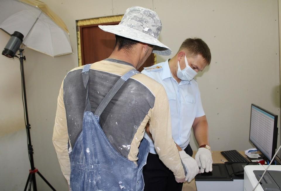 На стройках Тобольска нелегально работали мигранты.