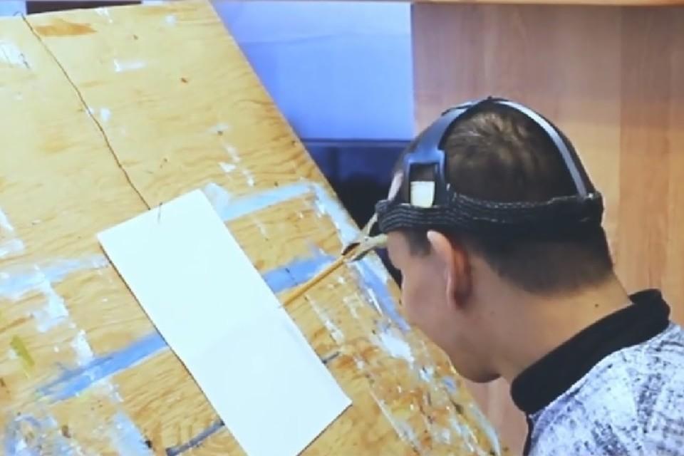 Ренат Мусин изобрел специальное приспособление и теперь создает картины движениями головы.