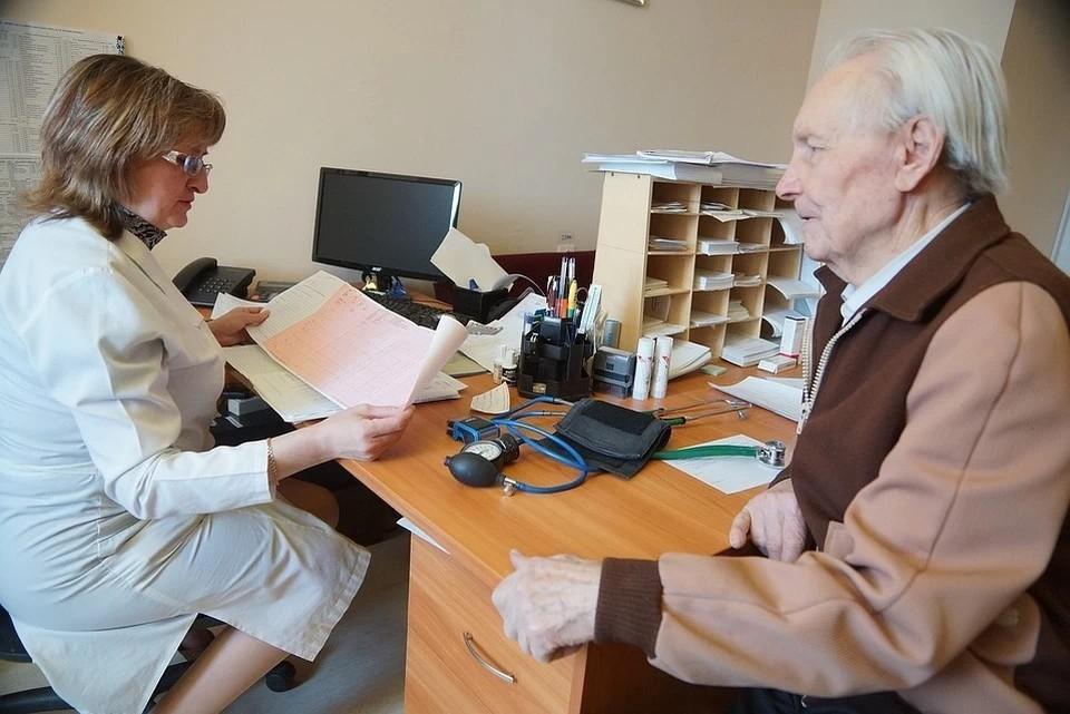 В первую очередь в списки людей на диспансеризацию включены граждане, которые перенесли ковид в средней или тяжелой форме, а также пациенты с хроническими заболеваниями.